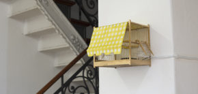 """Fuglebur med lydoptagelser fra Athens gader, udstillingen """"Writing While Walking"""", Berlin 2018. Foto: CY Frostholm"""