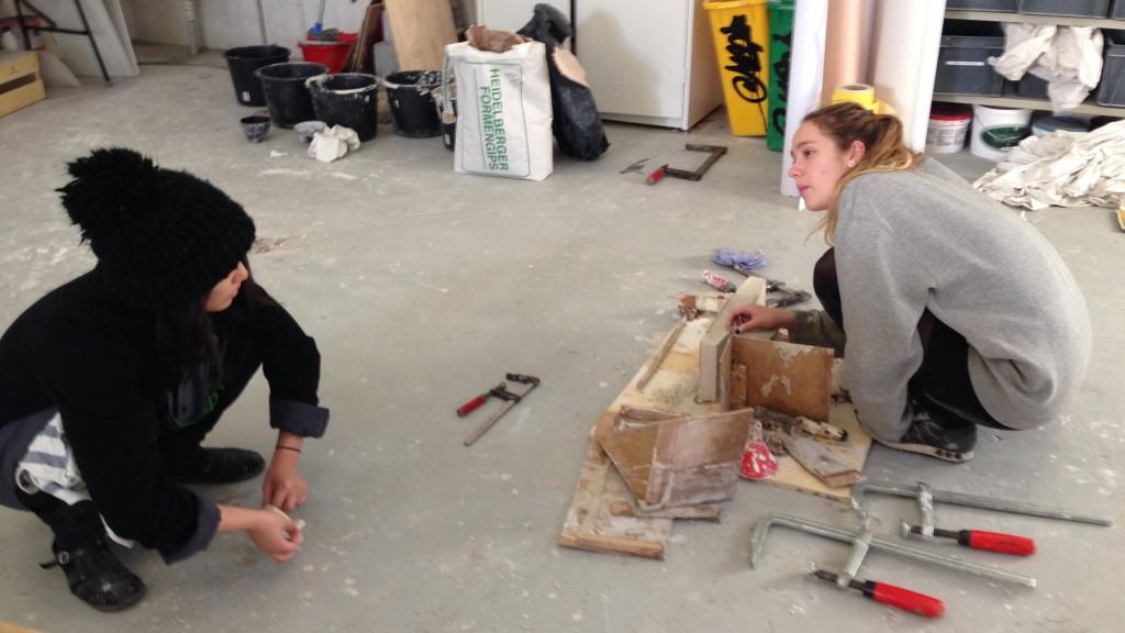 Arkitektureleverne diskuterer og afslutter deres modeller inden udstillingen åbnede med en fernisering for venner og forældre i weekenden den 13.-15. november.