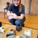 Anna Christine Borck med fire af de øvelser, eleverne i Keramik lavede i begyndelsen af kurset.